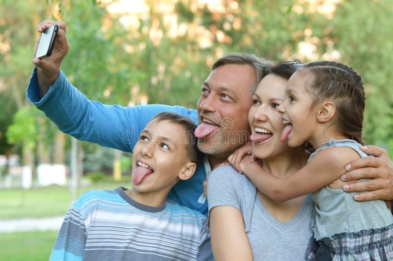 Familia que toma el selfie en el mar fotos de archivo libres de regalías