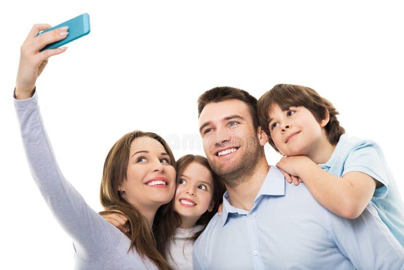 Familia que toma la foto de ellos mismos fotografía de archivo
