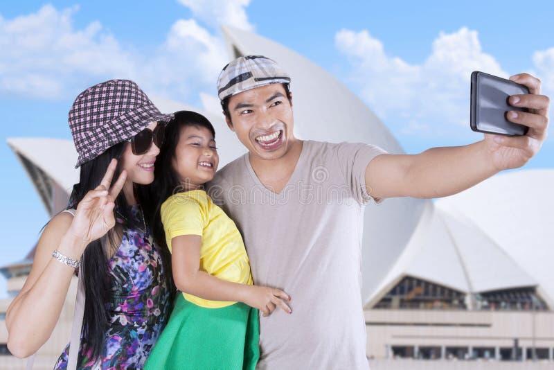 Familia que toma la foto del selfie en el teatro de la ópera foto de archivo libre de regalías