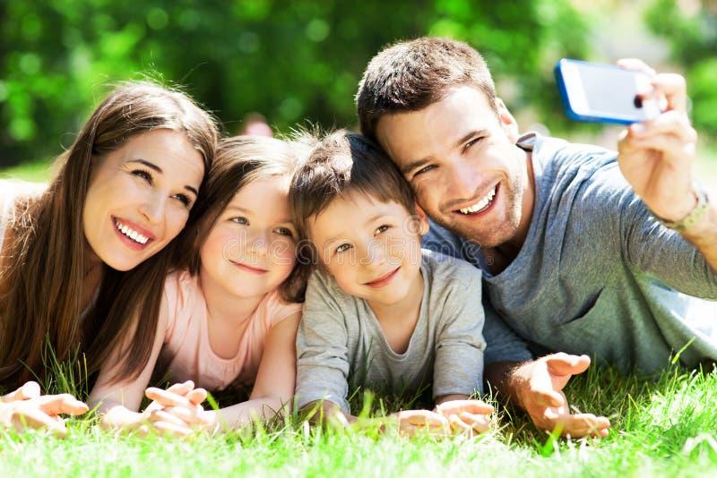 Familia que toma la imagen de ellos mismos fotografía de archivo libre de regalías