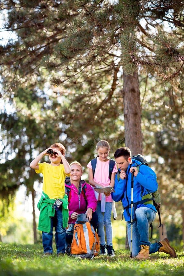 Familia que va de excursión en las montañas imagen de archivo libre de regalías