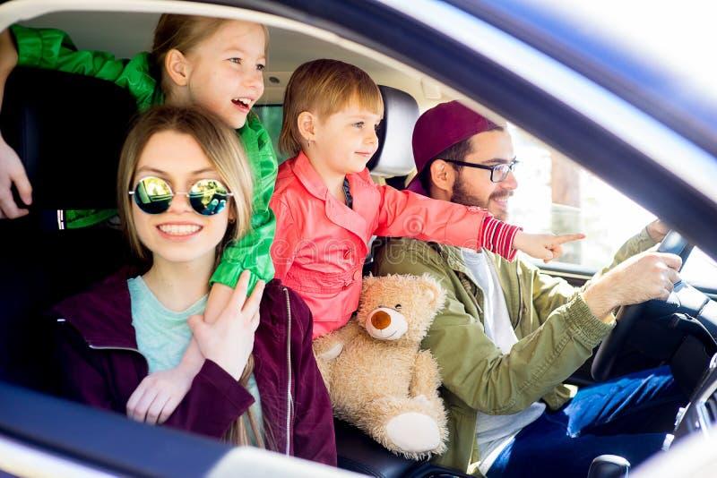Familia que va en un viaje imágenes de archivo libres de regalías