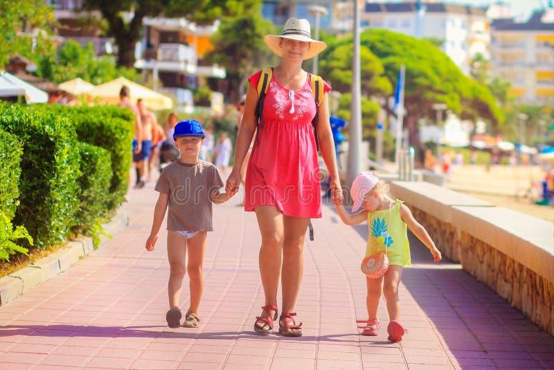 Familia que va a la playa del mar imágenes de archivo libres de regalías