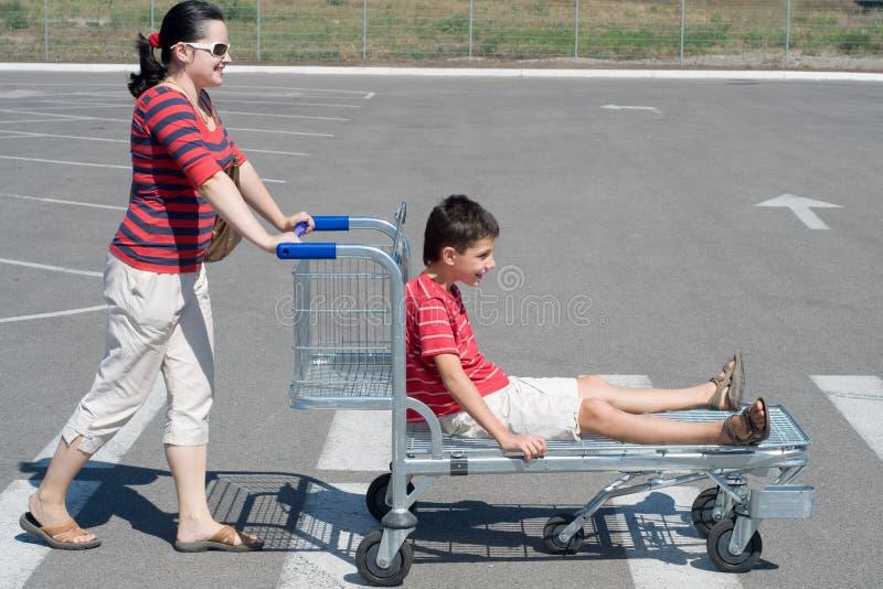 Familia que va para las compras del fin de semana fotos de archivo