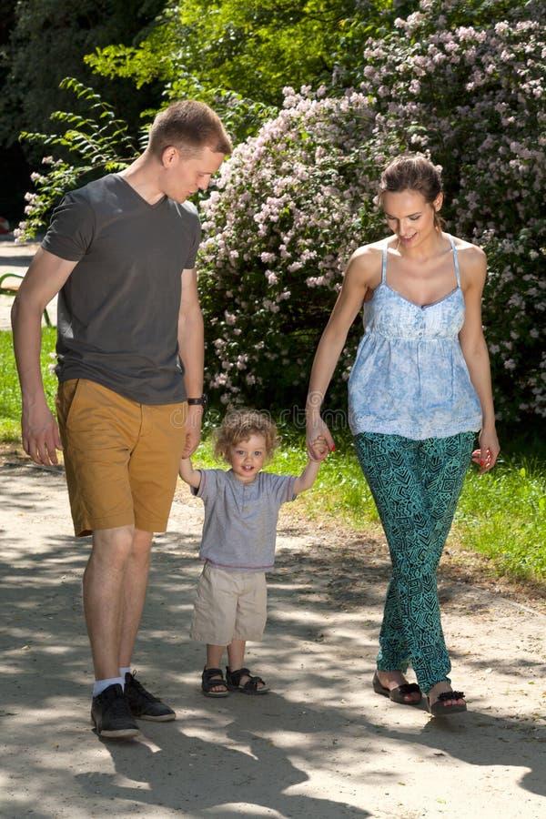 Familia que va para una caminata imagenes de archivo
