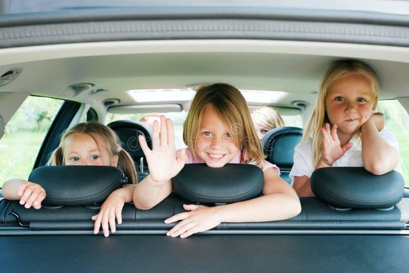 Familia que viaja en coche