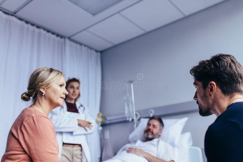 Familia que visita al hombre hospitalizado fotografía de archivo