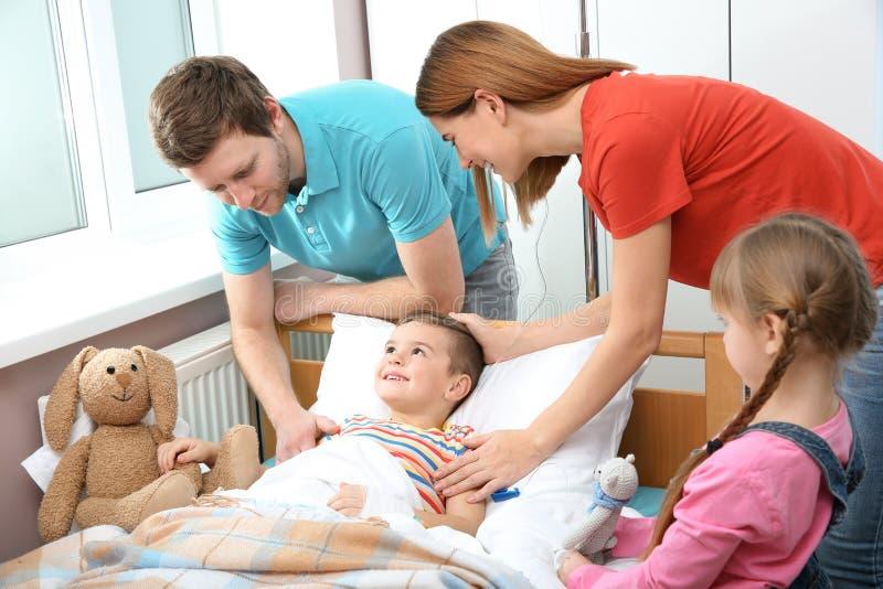 Familia que visita a poco niño en hospital fotos de archivo libres de regalías