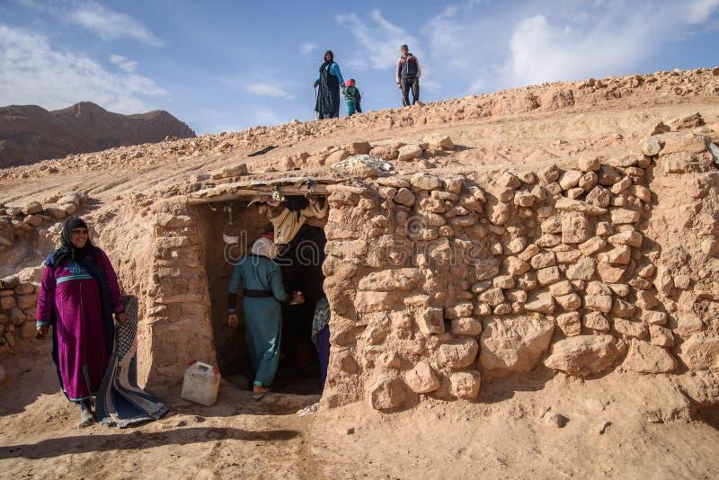 Familia que vive en la cueva, valle del nómada, montañas de atlas, Marruecos del nómada fotografía de archivo libre de regalías