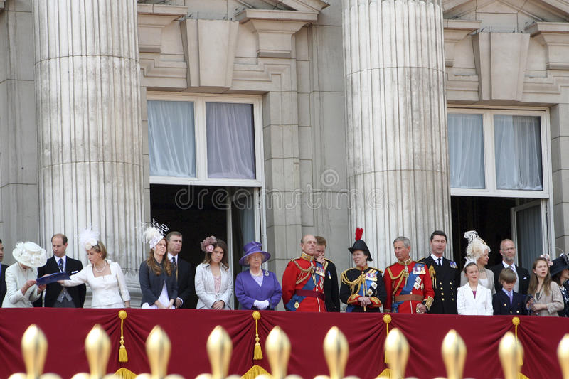 Familia real en la terraza del Buckingham Palace fotografía de archivo libre de regalías
