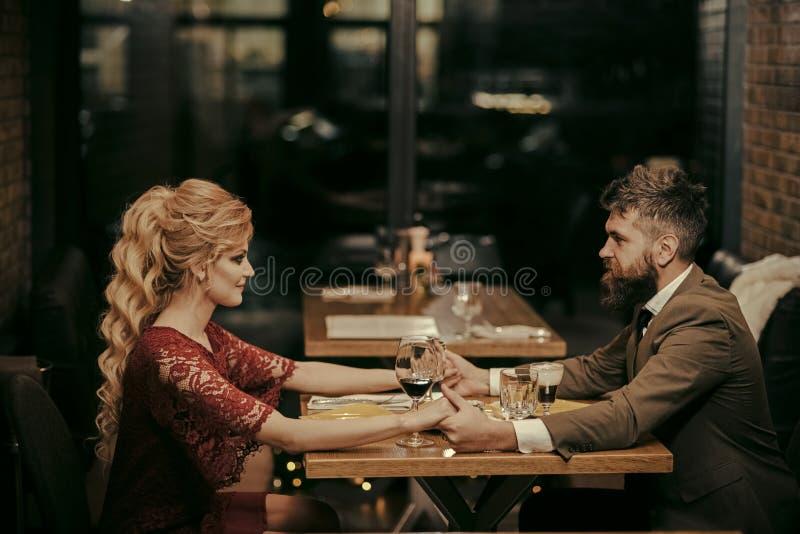Familia romántica Pares en amor en el restaurante Fecha de los pares en relaciones románticas, amor de la familia Rose roja imagenes de archivo