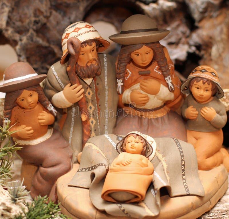 Familia santa en Bolivia con dos ángeles en el sc de la natividad de la terracota fotos de archivo