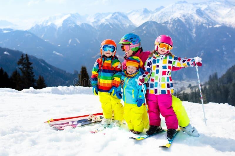 Familia Ski Vacation Deporte de la nieve del invierno para los niños fotos de archivo libres de regalías