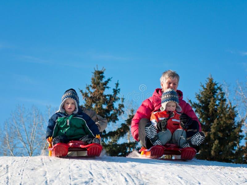 Familia sledding imagenes de archivo
