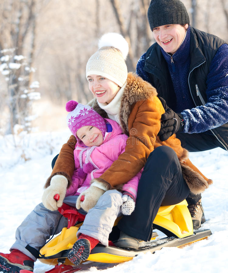 Familia sledding fotografía de archivo