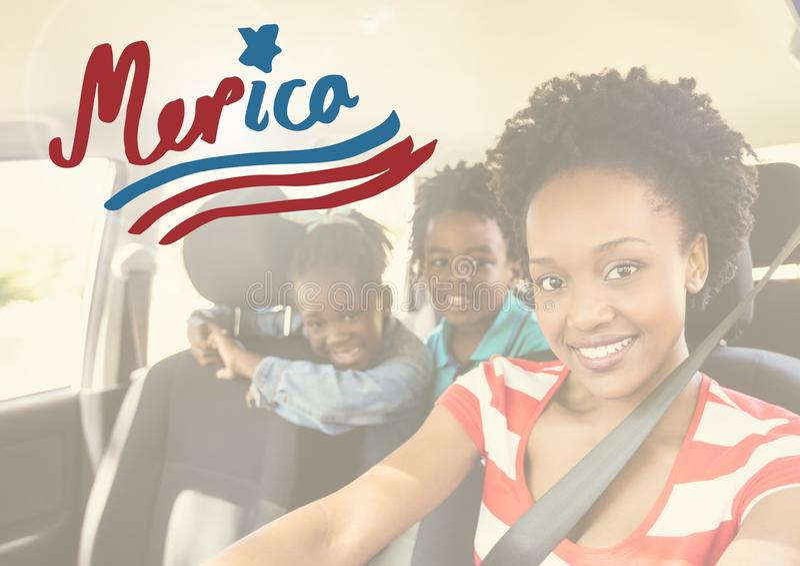Familia sonriente en un coche imagen de archivo libre de regalías