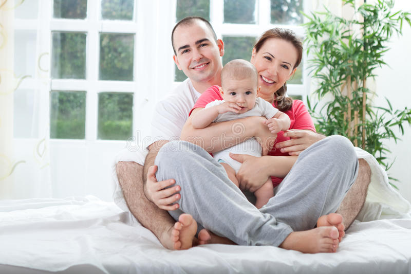 Familia sonriente feliz joven fotos de archivo libres de regalías