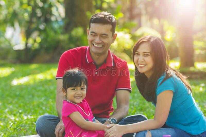 Familia sonriente hermosa en el mornin imagenes de archivo