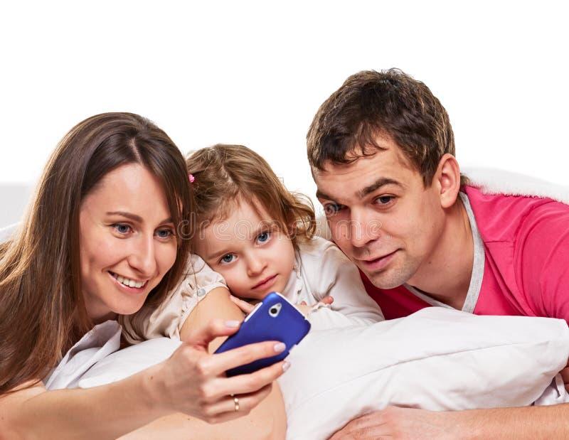 Familia sonriente que hace el hogar del selfie fotografía de archivo libre de regalías