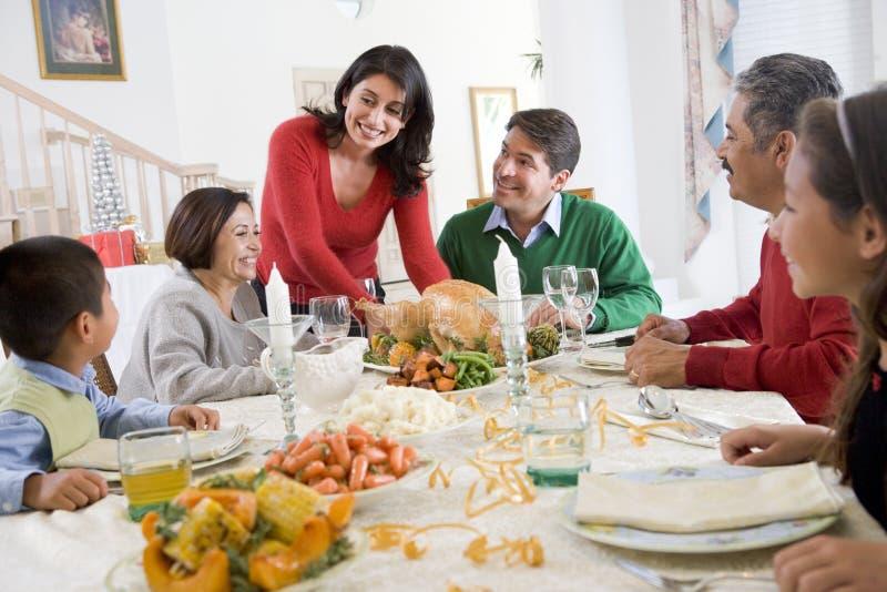 Familia toda junto en la cena de la Navidad foto de archivo libre de regalías