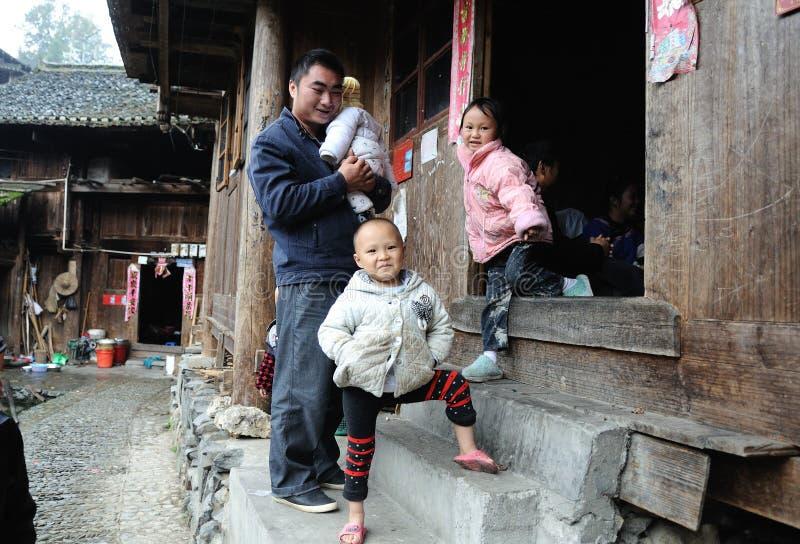 Familia tradicional pobre en el pueblo viejo en Guizhou, China fotografía de archivo libre de regalías