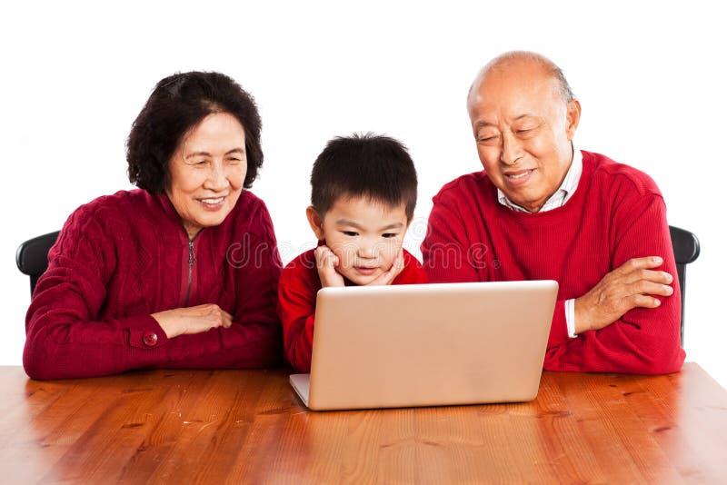 Familia usando el ordenador imagen de archivo
