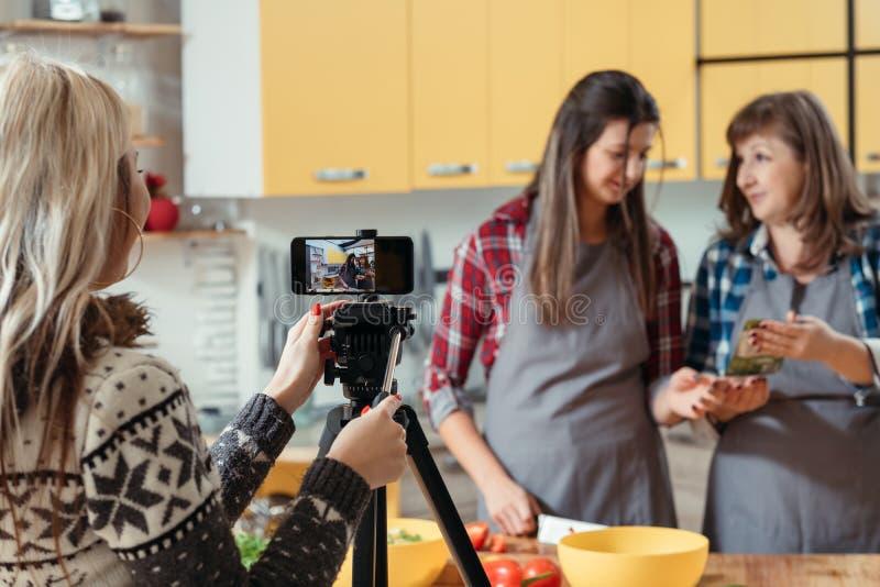 Familia video culinaria moderna del blog que cocina la afici?n imagen de archivo