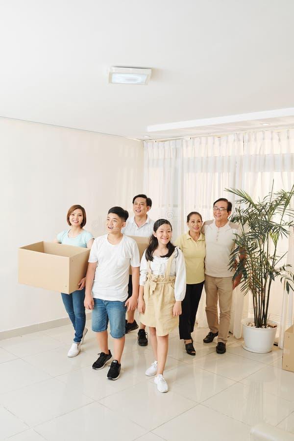 Familia vietnamita que entra en el nuevo apartamento foto de archivo libre de regalías