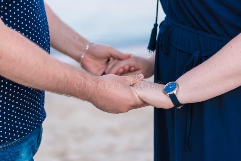 Familia voluntaria feliz que pone sus manos juntas imagen de archivo libre de regalías