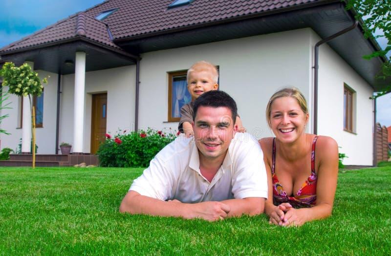 Familia y casa felices imagen de archivo libre de regalías
