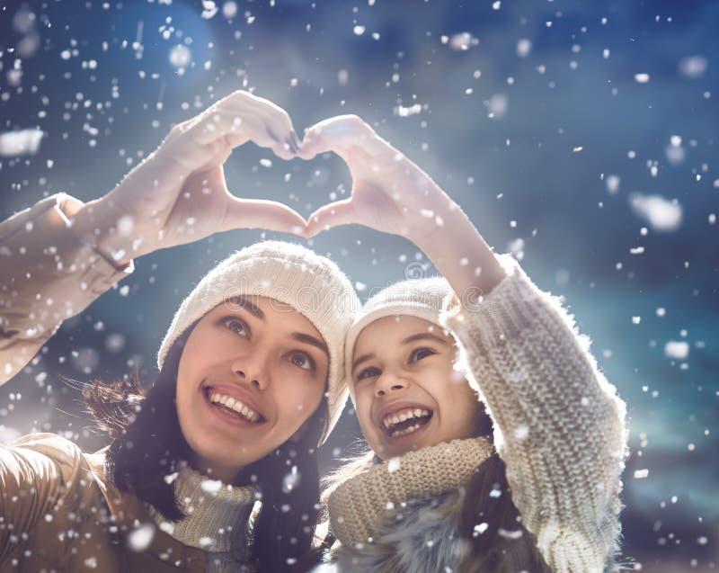 Familia y estación del invierno imágenes de archivo libres de regalías