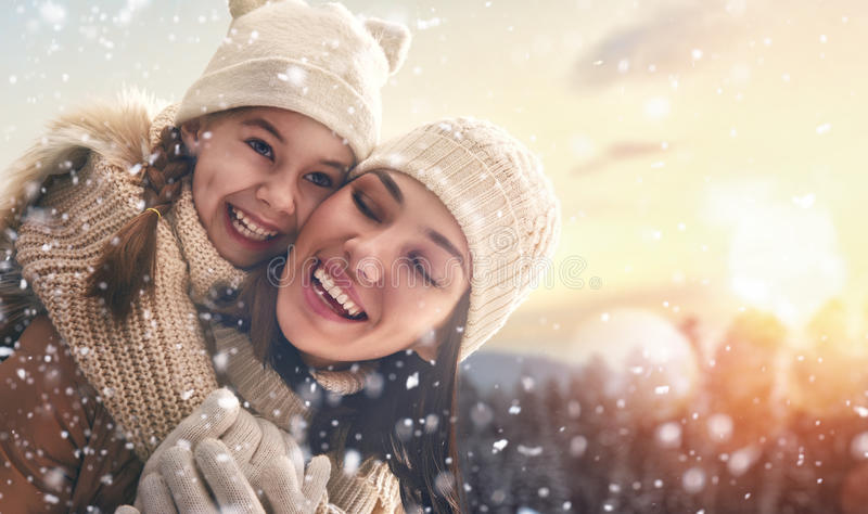 Familia y estación del invierno fotos de archivo