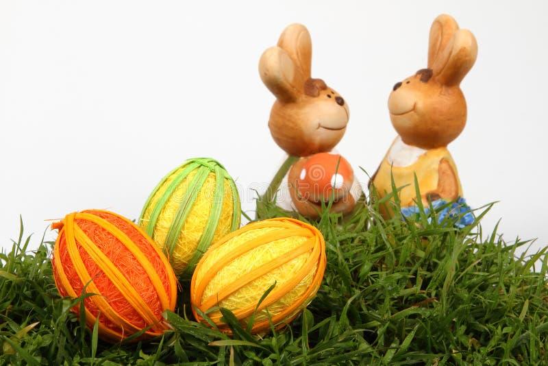 Familia y huevos del conejito de pascua fotografía de archivo libre de regalías