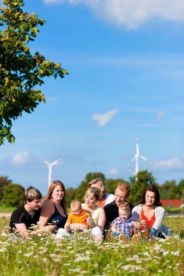 Familia y multigeneración - diversión en prado en suma imagenes de archivo