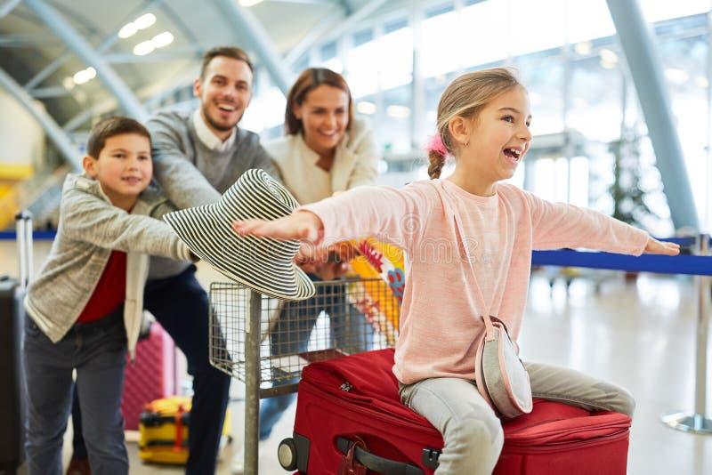 Familia y niños al inicio de sus vacaciones fotografía de archivo