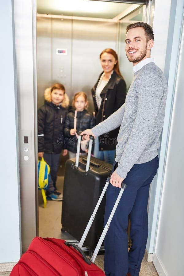 Familia y niños en la elevación del aeropuerto en la escala imagen de archivo libre de regalías