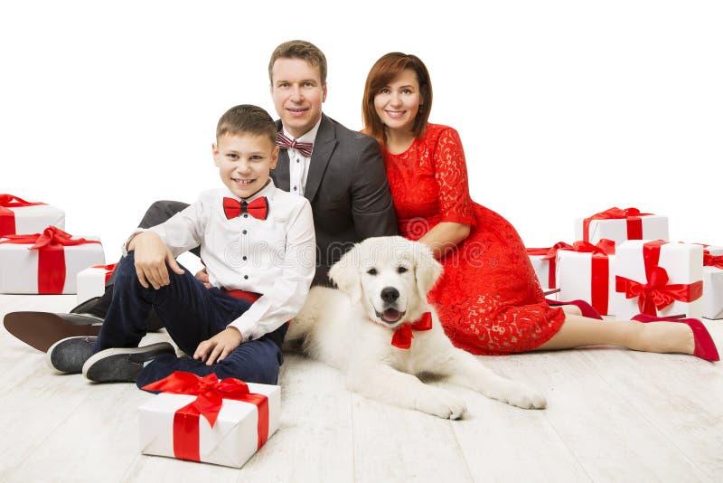 Familia y perro con la actual caja de regalo, padre Mother Child Pet foto de archivo libre de regalías