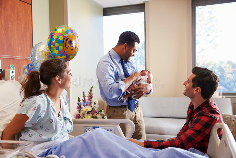 Familia y posts Natal Department del doctor With Baby In fotografía de archivo libre de regalías