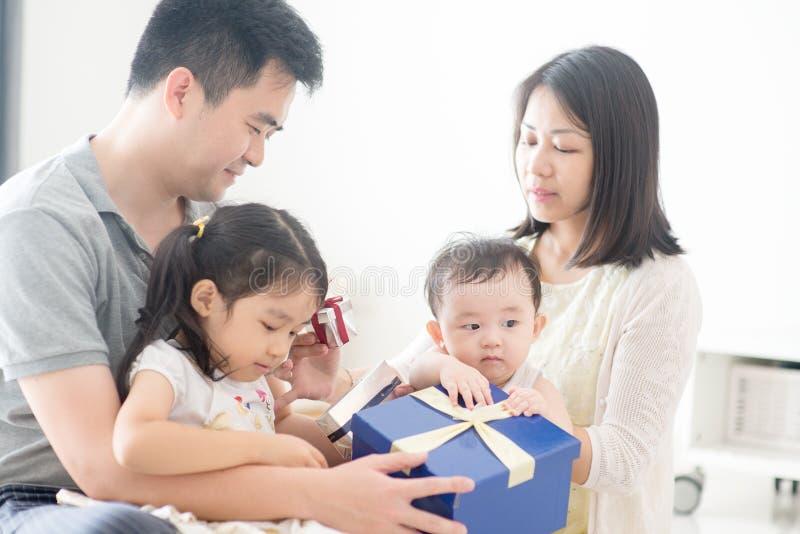 Familia y presente asiáticos felices foto de archivo libre de regalías