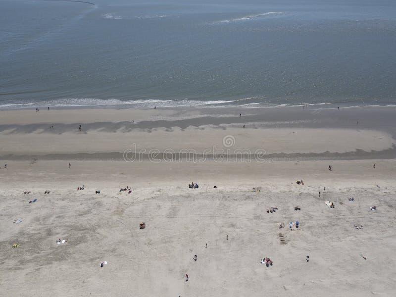 Familias que disfrutan de un día en la playa imagenes de archivo