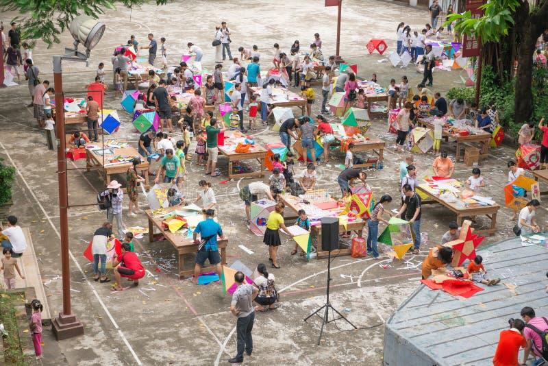 Familias que hacen las linternas para celebrar a mediados de Autumn Festival chino foto de archivo libre de regalías