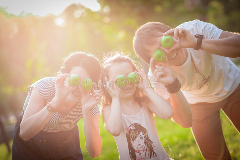 Familie, Äpfel, Spaß stockbild