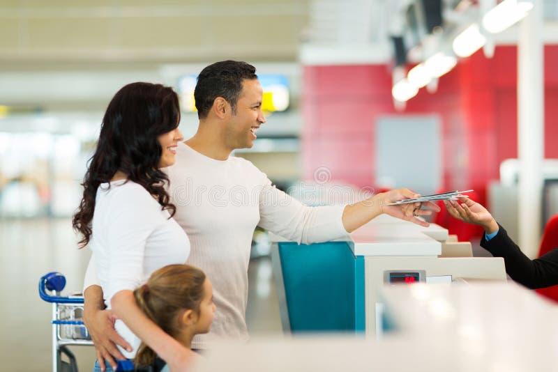Familie überprüfen herein Flughafen lizenzfreie stockbilder