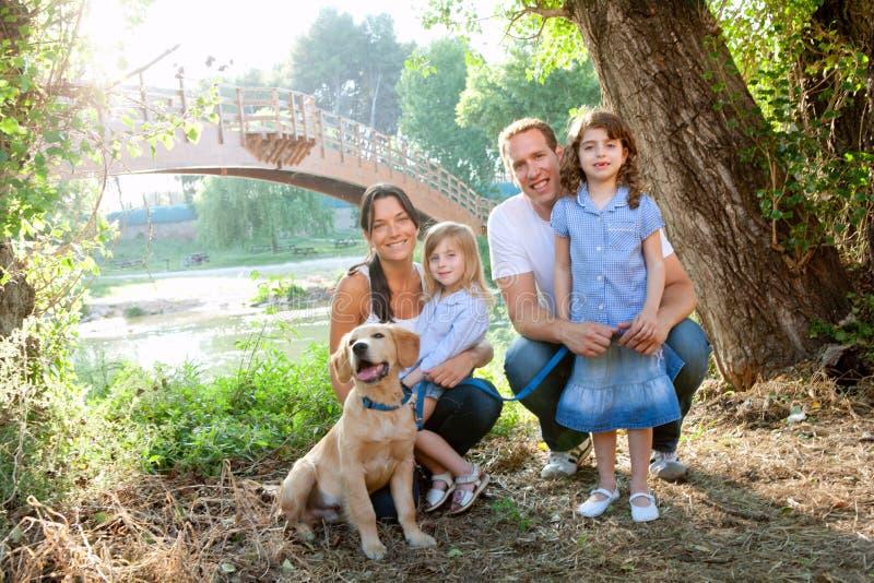 Familie in aard openlucht met hond stock foto's