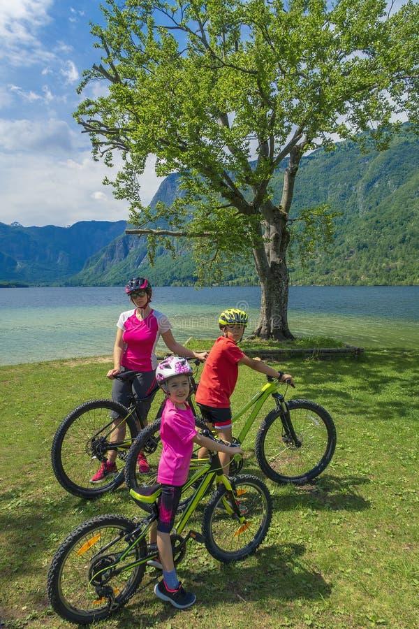 Familie actieve vakantie Groene bestemming stock fotografie