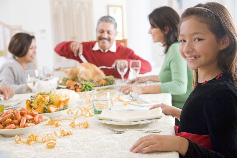 Familie alle zusammen am Weihnachtsabendessen lizenzfreie stockfotografie