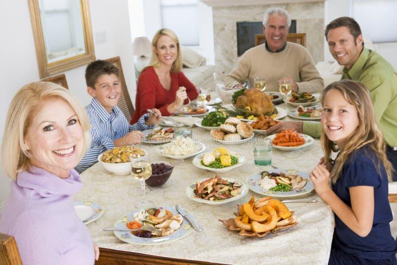 Familie alle zusammen am Weihnachtsabendessen stockfotos