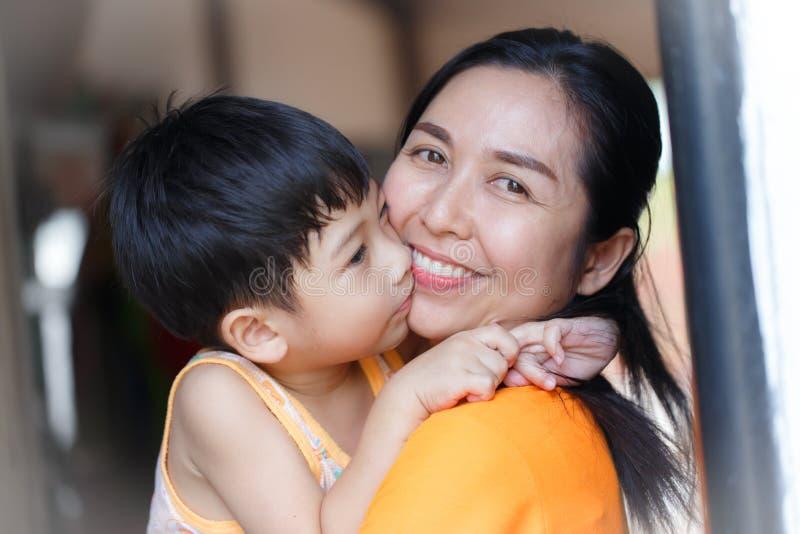 Familie Asien Schöne Mutter und ihr netter Sohn lizenzfreie stockfotografie