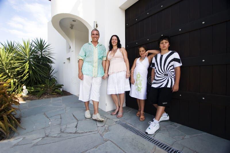 Familie außerhalb des Hauses   stockfotos
