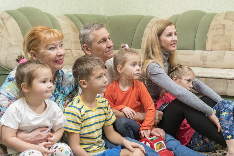 Familie auf Boden durch die Couch lizenzfreie stockfotografie